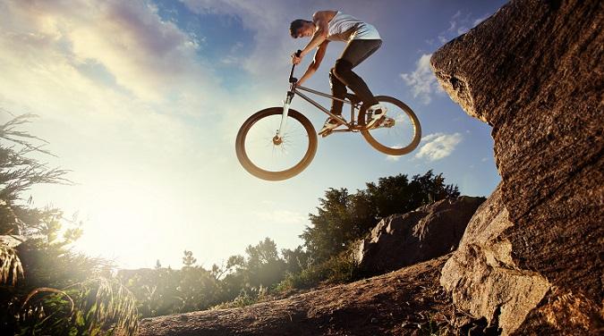 """Egal, welche Disziplin ein Fahrer bevorzugt – wichtig ist immer das Gefühl für das BMX Rad. Ebenso wie beim """"echten"""" Motocross, das namensgebend für das BMX ist, ist das Fahren stets mit einer hohen körperlichen Anstrengung verbunden. (#01)"""