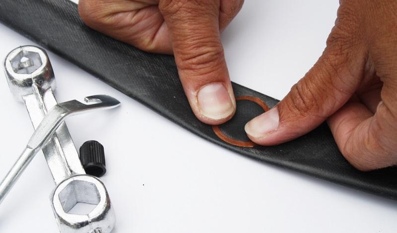 Kleben Sie nun den Flicken auf die defekte Stelle am Fahrradreifen und pressen Sie einige Minuten lang den Finger darauf. (#05)