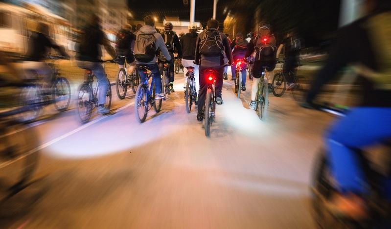 Ein wichtiger Aspekt der Sicherheit auf dem Fahrrad ist die Beleuchtung. Rückleuchten sorgen dafür, dass Radfahrer zu jeder Tages- und Nachtzeit gut und rechtzeitig gesehen werden. (#01)