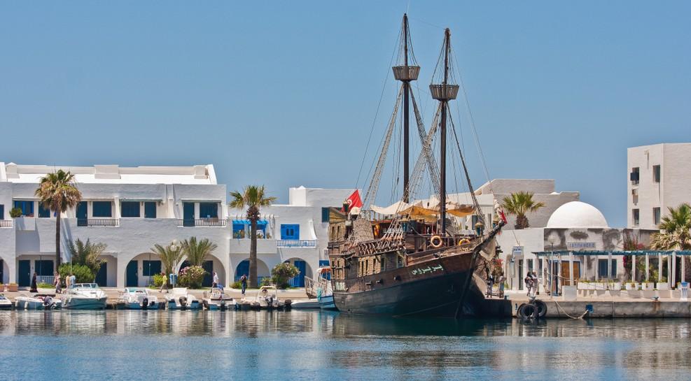 Auch wenn wir gerade von Tunis sprechen, erlaube ich mir, mal ein wenig abzuschweifen. Wen das Glückshotel Tunesien in Sousse buchen lässt, der sollte sich dort eventuell doch mal den Hafen ansehen. Neben den Booten und Yachten der Neuzeit und Gegenwart finden sich im Hafen auch Zeitzeugen der Seefahrt aus den vorigen Jahrhunderten wie dieser Zweimaster hier. Waren es Piraten, die in Sousse oder Tunis Zuflucht vor ihren Verfolgern gesucht haben? (#1)
