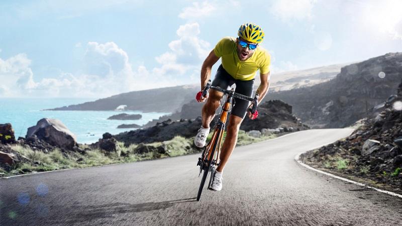 Ein Rennrad ist ein Sportgerät, das sehr wendig und schnell ist. Es eignet sich keinesfalls fürs Gelände, dafür sind die Reifen viel zu schmal.