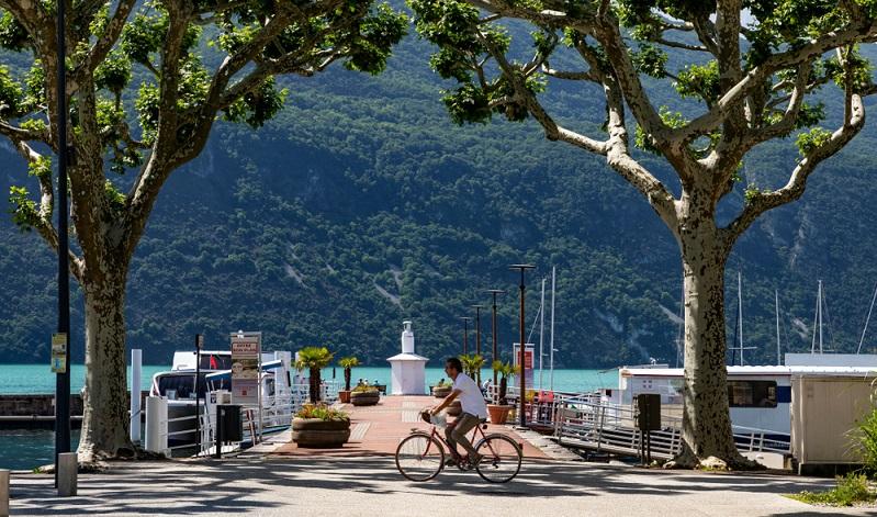 Die Landschaft lädt nicht nur dazu ein, Wanderungen zu unternehmen, sondern ist auch ein perfektes Reiseziel für Fans ausgedehnter Radrouten.