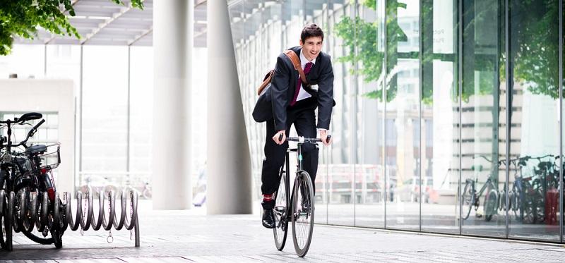 Das Firmenfahrrad ist mit der neuen Regelung einem Dienstwagen gleichgestellt. Der Arbeitnehmer darf das Rad aber keineswegs nur für den Weg zur Arbeit oder von einer Dienststelle zur nächsten nutzen, er kann damit auch privat unterwegs sein.(#01)