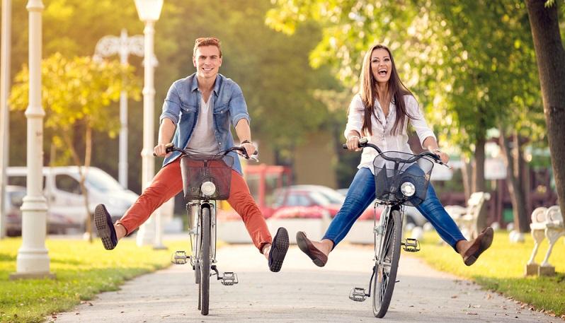 Fast jeder Mensch besitzt ein Fahrrad. Für kurze Strecken ist das Fahrradfahren die ökologisch sinnvollste und auch gesündeste Art der Fortbewegung.