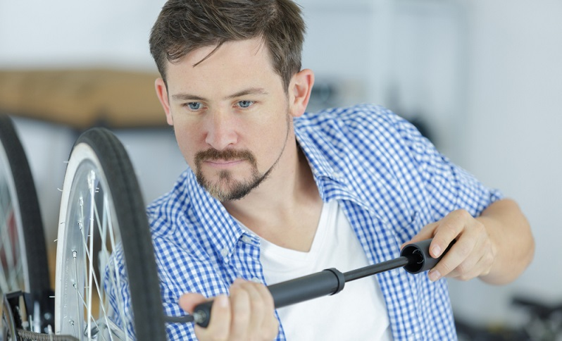 Regelmäßiges Nachpumpen verringert das Risiko einer Reifenpanne erheblich.